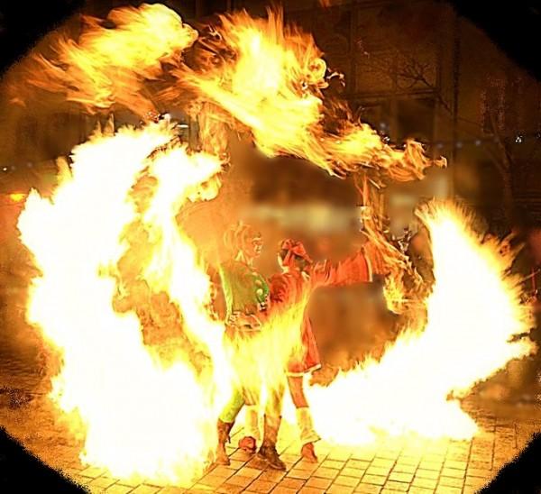 Feuershowfinale mit Effektfakel beim Midnightshopping in Bayreuth, Oberfranken, Bayern