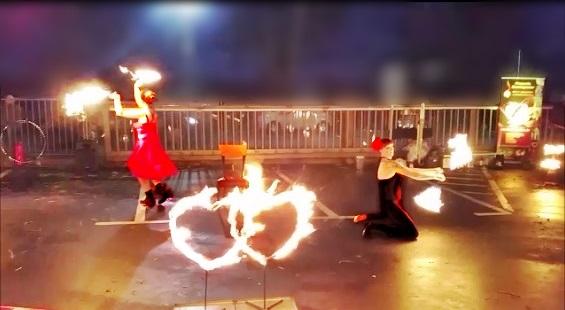 Feuershow am Rosenthaloutletcenter zum Wintermarkt in Selb